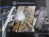 実銃メーカーのカタログを眺めるS&W社編