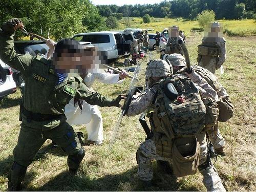 治安維持部隊と衝突する地元民