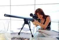 アンナ・チャップマンが新型狙撃銃展示会に登場!