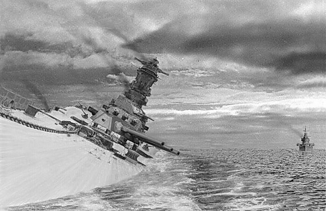 沈没する戦艦大和