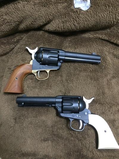 コルトSAA(シングルアクションアーミー)は西部劇に出てくるような古い銃です。使用弾薬の45LC弾は当時は威力の高い弾だったようで、正式採用されていた米軍内でも