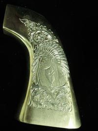真鍮製のグリップに彫る
