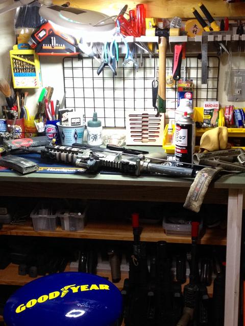 リニューアルした作業ベンチ。SCARのメンテも楽々。