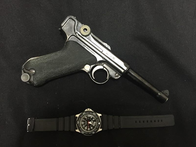 ルガーP08の右側と腕時計
