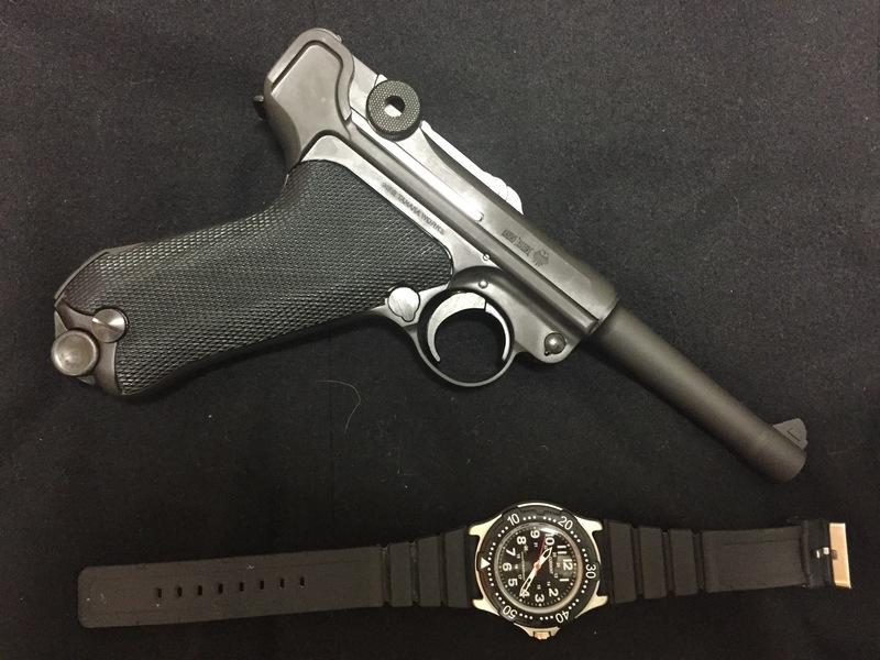 モーゼルルガーP08の右側と腕時計