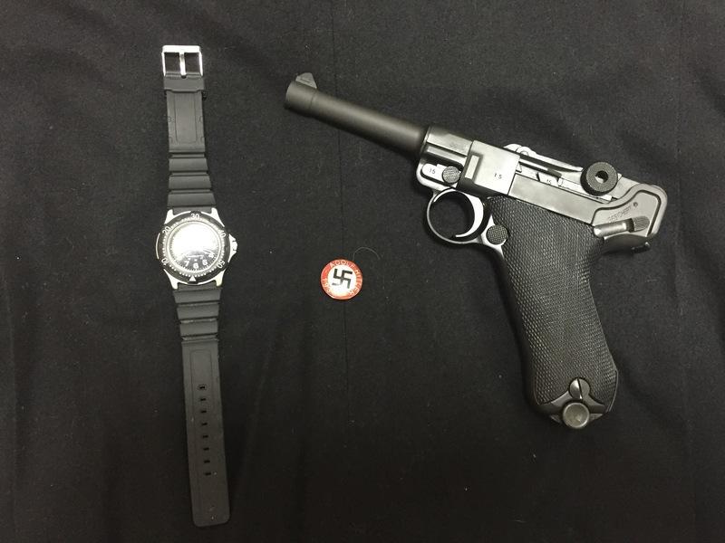 防水腕時計とナチバッチとルガーP08