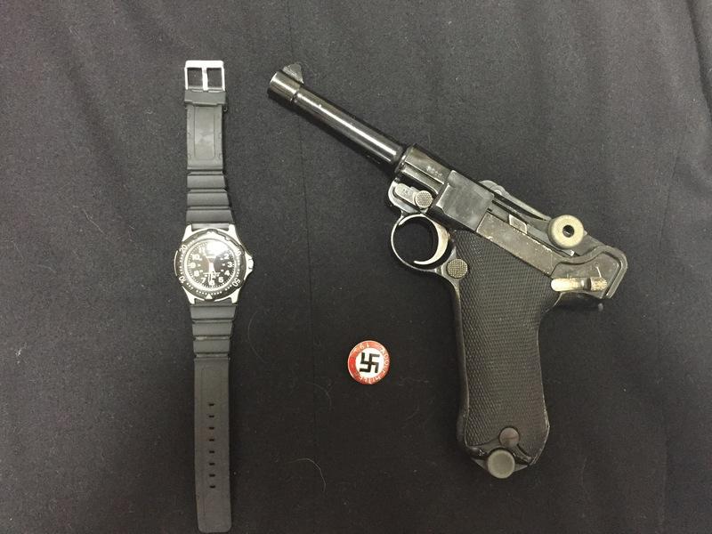腕時計とナチスバッチとルガーP08
