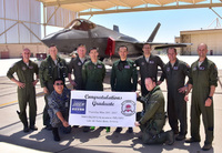 2名の航空自衛隊パイロットが初めて「F-35プログラム」の課程を終えて卒業