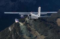 山頂からウィングスーツで落下し、空中で飛行機に飛び移る神技映像