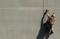 「磁気クライミングシステム(MCS)」を使って艦艇を登る米海軍特殊部隊SEAL隊員