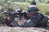米陸軍の空包訓練中に 1 名の兵士が実弾を発砲。アパッチ攻撃ヘリコプターに 4 発が被弾