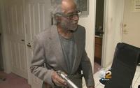 第二次大戦退役軍人 92 歳の老人が斧を持った住居侵入犯を拳銃発砲で撃退