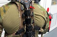 豪国防省が陸上戦闘員での導入に向け、MAWASHI社の背骨形状エクソスケルトン「UPRISE」を研究中