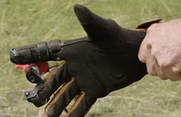 セミオートをフルオートにできる射撃用手袋「オートグローブ(AutoGlove)」