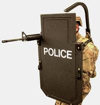 吊り下げ式の外骨格システムを使って重厚な防弾シールドの負荷を軽減