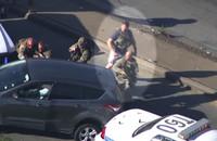 緊急事態発生、Tシャツに半パン姿で逃走車輌の容疑者を追い詰めた「ラフ過ぎる」警察官