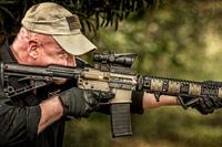 AR-15 用のチークレストとチャージングハンドルが一体化した「ハブ (HABU) Mod 1」