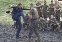 俳優ジェラルド・バトラーが新作告知で基地を訪問。「300 〈スリーハンドレッド〉」キックを披露