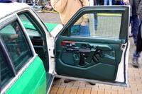 MP5 短機関銃をすっぽり収納するカスタムモールドの内張りを備えたドイツの警察車両