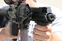 レールにピストルホルスターを取り付けて素早いトランジションを実現する「グリップショット (GripShot) 」