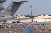 大量捕獲に備えて空軍の大型輸送機で配備される「ポケモンGO」のモンスターを描いたパロディー映像
