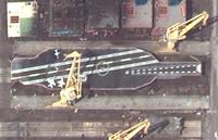 衛星写真で判明、イランが造船所で米軍の原子力空母「実大模型」を製作