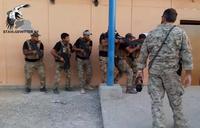 イタリア特殊部隊による指導の下、VHS-2 ライフルを使ってキルハウスで訓練に励むイラク ERD 隊員
