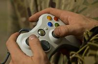 イラク軍兵士が大規模なモースル奪還作戦に備えて、戦争アクション映画や FPS ゲームで戦意高揚