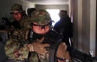 「鉄拳2017」米海兵偵察部隊が西部方面普通科連隊と市街地環境下における近接戦の戦術を共有