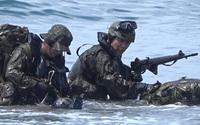 陸上自衛隊「第一空挺団」が海上降下訓練で『水路潜入』を実施