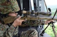 陸上自衛隊の師団狙撃手集合訓練でヘリコプターからの狙撃要領を実施する第1普通科連隊