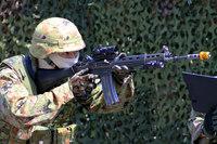 板妻駐屯地の創立55周年記念行事で第34普通科連隊が小銃・拳銃を使った至近距離射撃訓練を展示