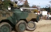 駐屯地記念行事の訓練展示でタイヤが脱落した陸上自衛隊の 96 式装輪装甲車