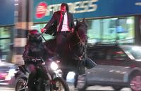 キアヌ・リーヴスがニューヨークを馬で駆け巡る。最新作『John Wick 3:Parabellum』のロケ映像