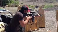 キアヌ・リーブスが華麗な射撃テクニックを披露
