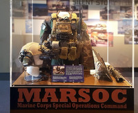 米国立海兵隊博物館に特殊部隊 MARSOC の装備品を示す新たなディスプレイケースが一時公開