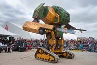 自作・工作物イベントで巨大な戦闘ロボット「MegaBot」が展示
