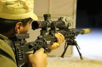 新シリア軍 (NSyA) メンバー、米陸軍の最新サーマルサイト付き M2010 スナイパーライフルを使用