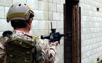 自律型ドローンで偵察し後続の精鋭アサルターが敵を無力化。米海軍特殊部隊が室内戦訓練映像を公開