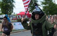 米海軍 EOD 隊員、85 ポンド (=約 39 Kg) の耐爆スーツを着用してハーフマラソンを完走