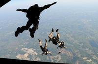 パラシュート降下訓練で死亡した米海軍特殊部隊 (ST6) 隊員は降下直後の「気絶」が事故原因と結論