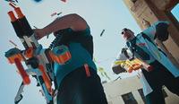 玩具銃「ナーフ」を手に取り痛快バトル、凄腕映像クリエーター集団による迫力映像