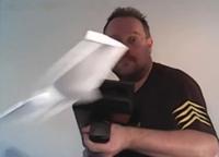 紙飛行機が次々と射出される「Paper Airplane Machine Gun」