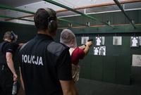ポーランド警察、群衆の中での任務を想定したストレス射撃訓練を実施