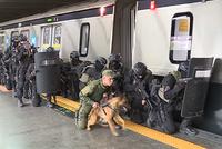 オリンピック開催に向けて駅での対テロ訓練に取り組むブラジル特殊部隊の映像
