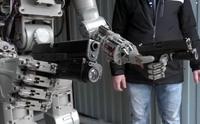 実録ロシア版ターミネーター、ヒト型ロボット「ヒョードル」の二挺拳銃撃ち映像