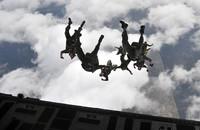 英陸軍特殊部隊SASがシリア北部に潜むダーイシュ(IS)幹部を狙った襲撃作戦に初めて「ウィングスーツ」を投入か