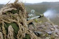 SAS スナイパーが 1.5Km 先で火炎放射器を持つダーイッシュ処刑人ら 4 名を 1 発で殺害。12 名の人質が解放
