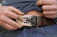 ベルトバックルやバックパックのウェビングへ簡単に取付可能。SOGナイフの「Sync I&II」ツールナイフ