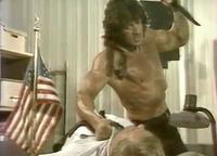1985年公開、S.スタローン主演アクション映画「ランボー/怒りの脱出」の貴重な舞台裏映像が公開